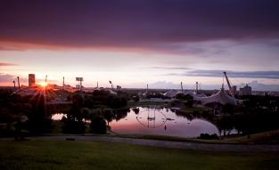 Olympiasee im Sonnenuntergang mit Stadion - blaue Stunde