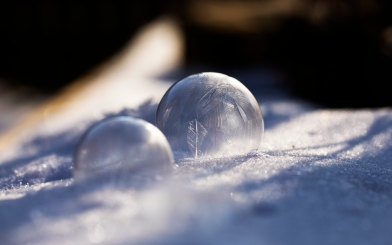 gefrorene Seifenblasen im Garten fotografieren - Tipp