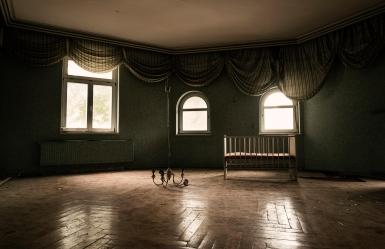 Verlassenes Zimmer mit Kinderbett- Hotel Lost Place Eisenach