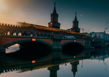 Oberbaum Brücke Berlin zwischen Friedrichshain und Kreuzberg - Sonnenaufgang