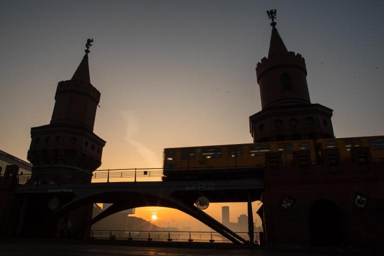 Sonnenaufgang über dem Osthafen Berlin
