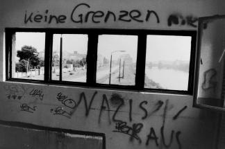 Blick auf die Oberbaumbrücke und Spree vom Wachturm - das Graffitti ist wie eine Mahnung an heute