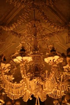 Leuchter aus Knochen in der Knochenkirche von Sedlec - Kutna Hora